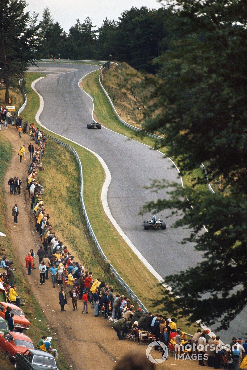 Однако вопросы безопасности стали все больше беспокоить Формулу 1 – и вот уже на длинных лесных прямых появились гардрейли…