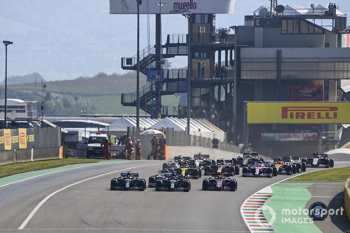 Lewis Hamilton, Mercedes F1 W11, Valtteri Bottas, Mercedes F1 W11, Charles Leclerc, Ferrari SF1000, Lance Stroll, Racing Point RP20 al inicio