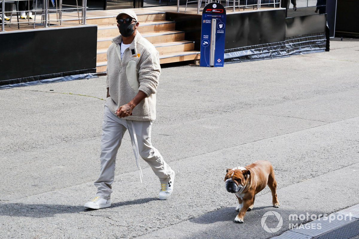 Lewis Hamilton, Mercedes-AMG Petronas F1 arrive avec son chien Roscoe