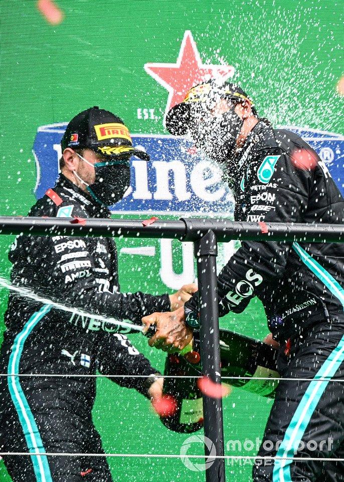 Valtteri Bottas, Mercedes-AMG F1, 2a posizione, e Lewis Hamilton, Mercedes-AMG F1, 1a posizione, festeggiano sul podio con Champagne