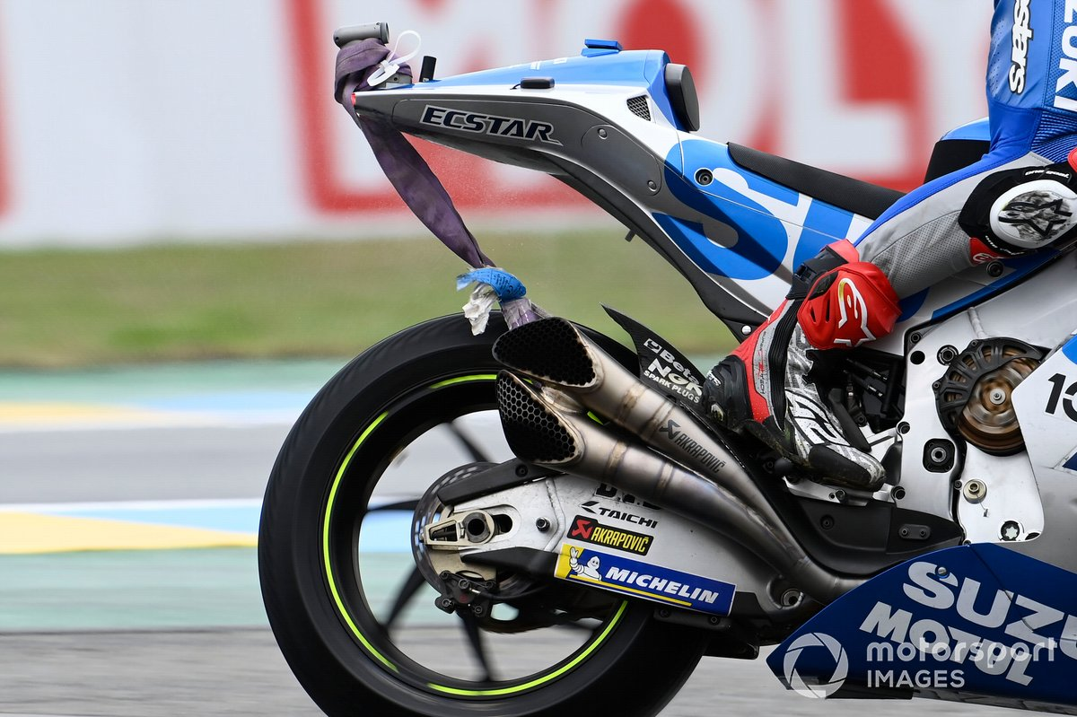 Alex Rins, Team Suzuki MotoGP dándose cuenta de que hay una correa atada a su motocicleta