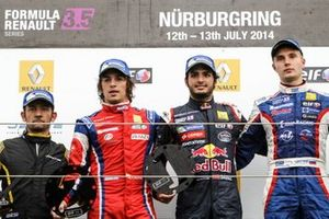 Le vainqueur Carlos Sainz jr., Dams, Sergey Sirotkin, Fortec et Roberto Merhi, Zeta Corse sur le podium
