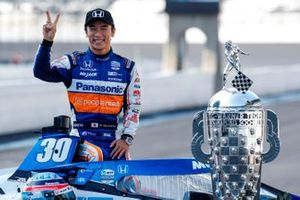 Race Winner Takuma Sato, Rahal Letterman Lanigan Racing Honda with the Borg-Warner Trophy