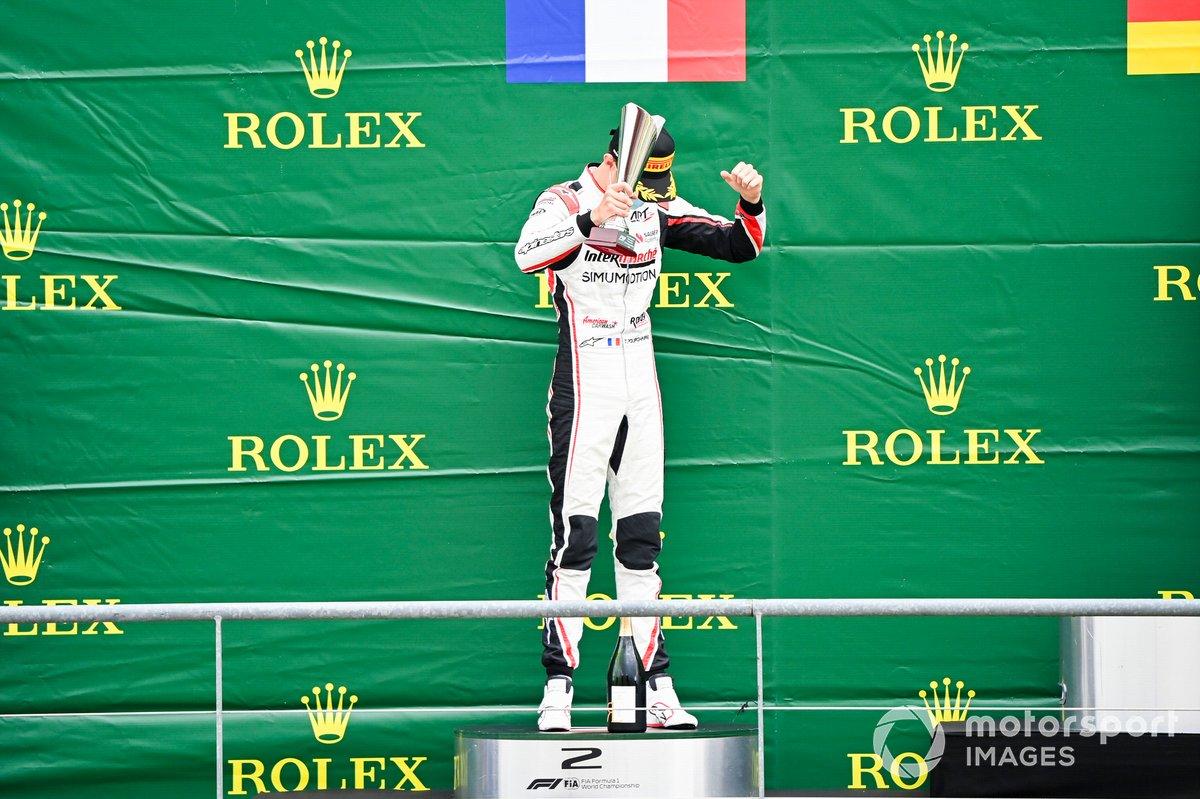Theo Pourchaire, ART Grand Prix festeggia sul podio con lo champagne