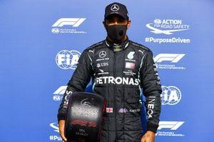 Pole Sitter Lewis Hamilton, Mercedes-AMG F1 with the Pirelli Pole Position Award