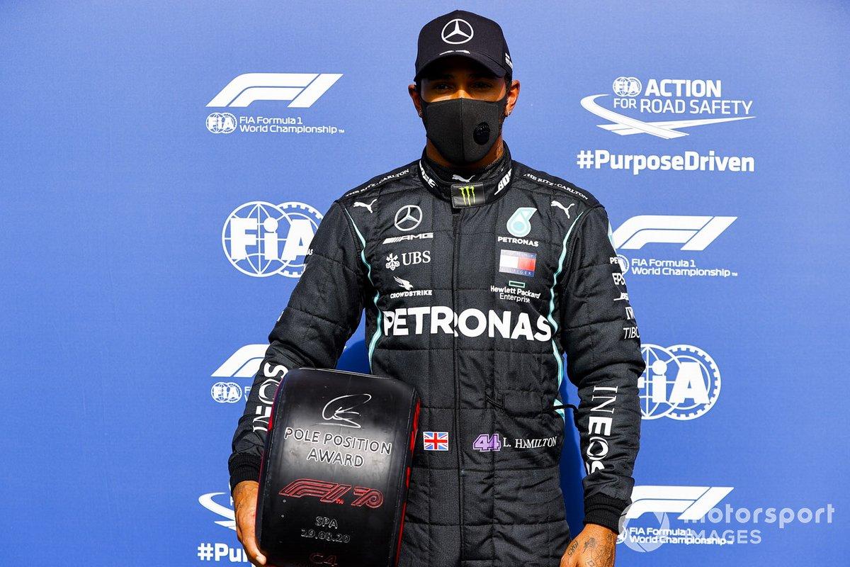Ganador de la pole Lewis Hamilton, Mercedes-AMG F1 con el trofeo de Pirelli Pole Position