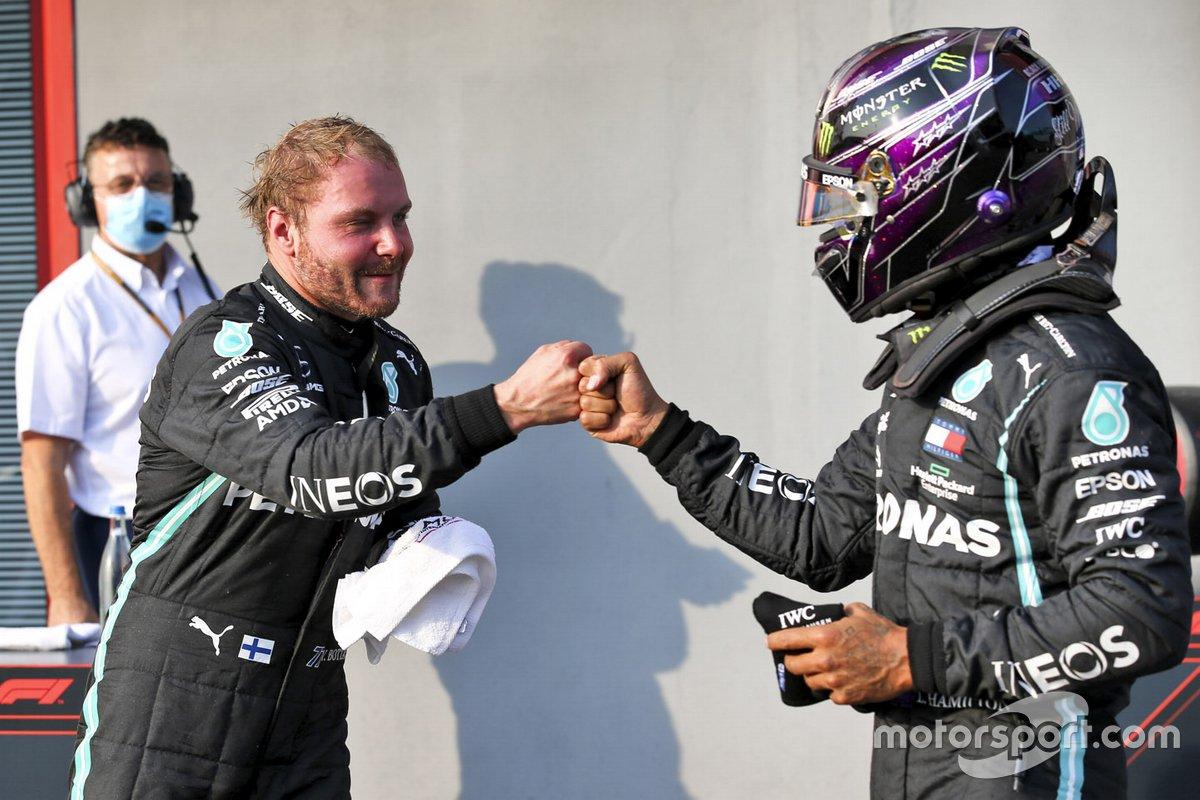 Ganador de la pole position Valtteri Bottas, Mercedes-AMG F1 y segundo Lewis Hamilton, Mercedes-AMG F1 celebran en Parc Ferme