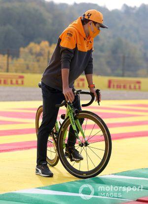 Lando Norris, McLaren, en bici