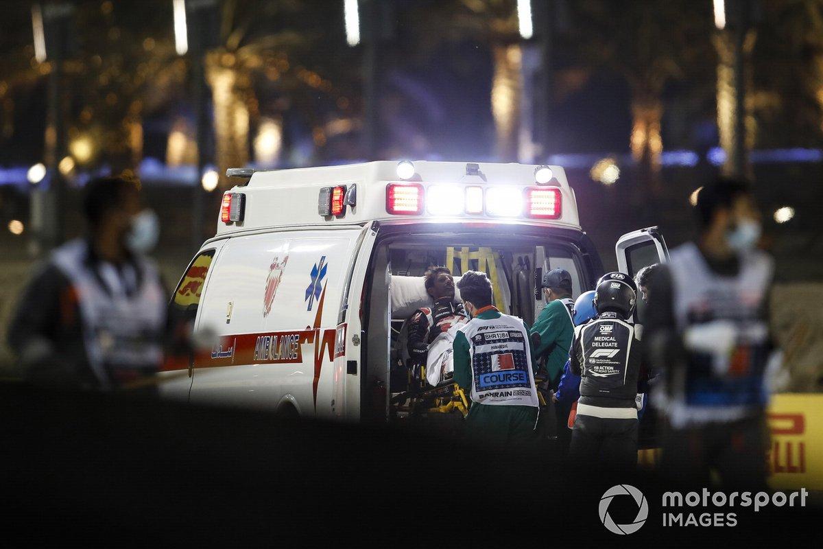 Romain Grosjean, Haas F1, en una ambulancia después de su accidente en la primera vuelta