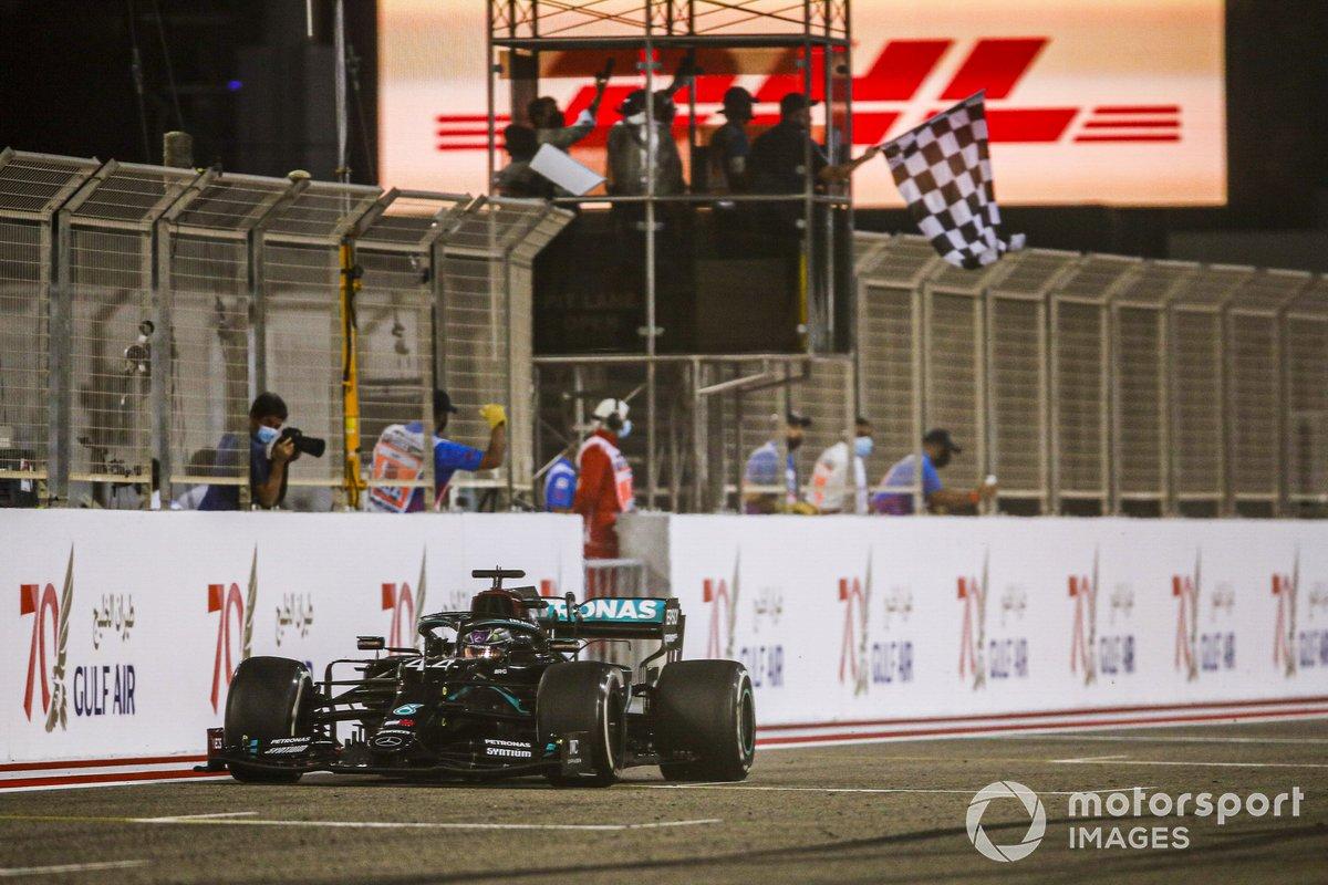 El ganador de la carrera Lewis Hamilton, Mercedes F1 W11 cruza la línea de meta