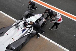 Mechanics push Edoardo Mortara, Venturi, Silver Arrow 02