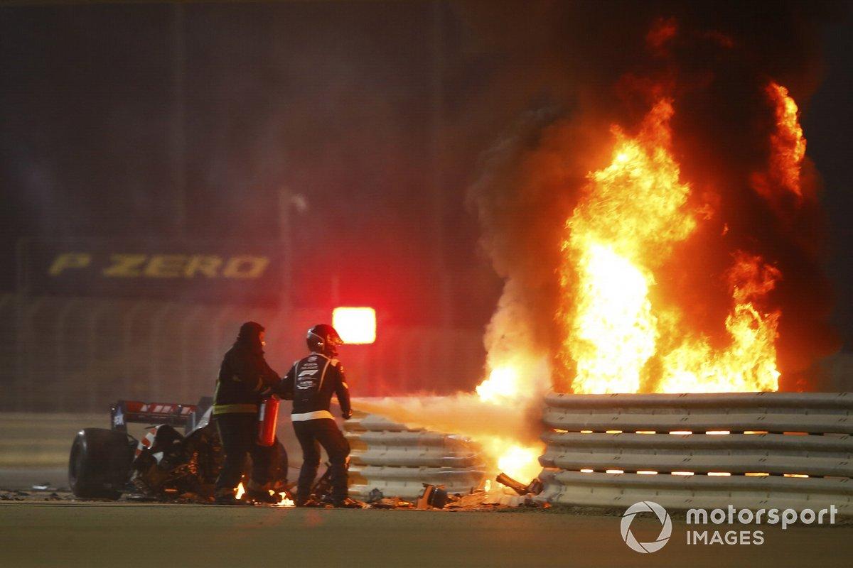 Los bomberos usan un extintor en el horrible accidente de Romain Grosjean, Haas VF-20, en la primera vuelta del Gran Premio de Bahrein