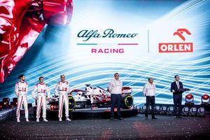 Antonio Giovinazzi, Kimi Raikkonen, Robert Kubica, Alfa Romeo Racing, mit Jan Monchaux, Frederic Vasseur und Daniel Obajtek
