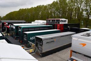 Un camión de McLaren en el paddock