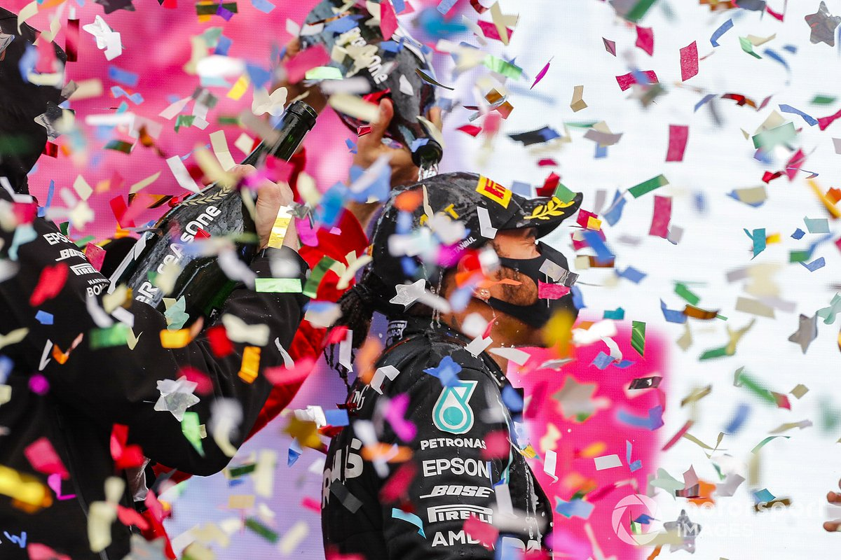 Podio: ganador y campeón del mundo Lewis Hamilton, Mercedes-AMG F1 con Toto Wolff, Director Ejecutivo Mercedes AMG, tercer lugar Sebastián Vettel, Ferrari