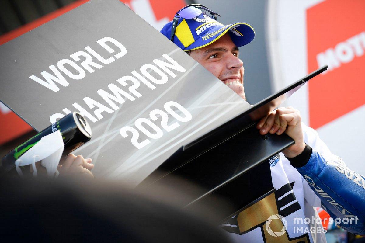 Joan Mir, Team Suzuki MotoGP, memegang papan juara dunia MotoGP 2020