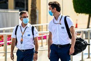 Dr Ian Roberts y Alan van der Merwe, piloto del coche médico de la FIA