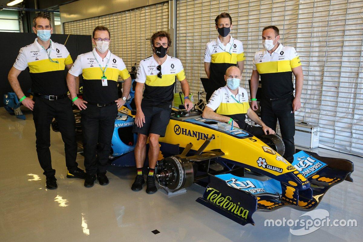 Fernando Alonso, Renault F1 Team, con el Renault R25 de 2005 y miembros del equipo Renault