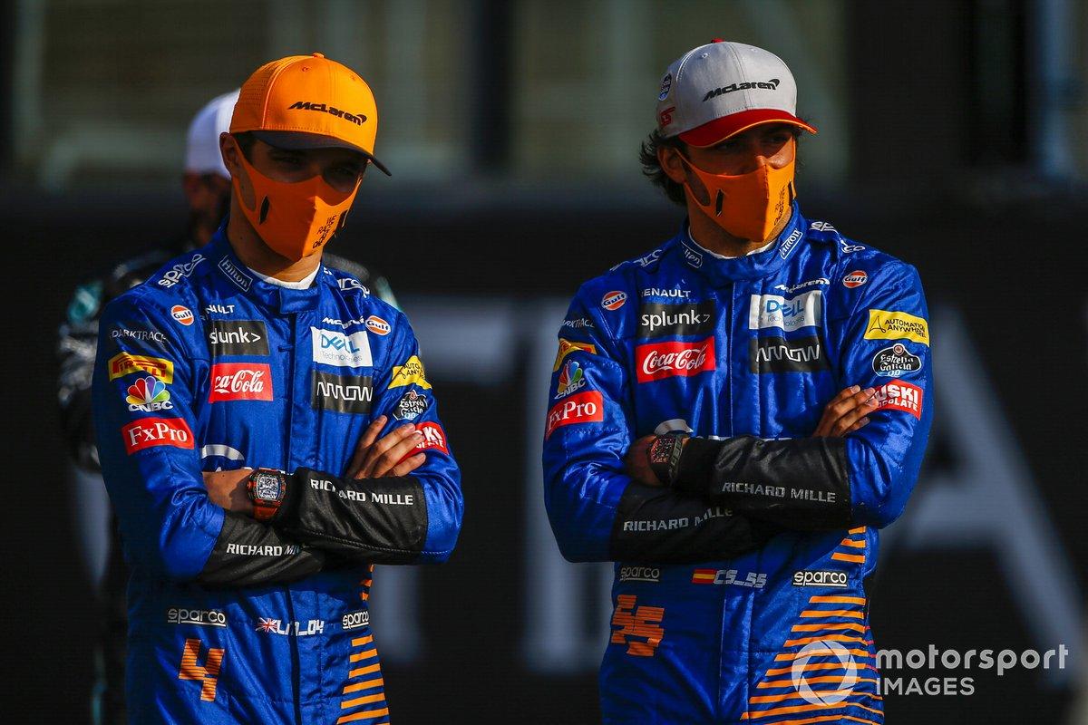Lando Norris, McLaren, Carlos Sainz Jr., McLaren durante la foto de grupo de los pilotos al final de la temporada