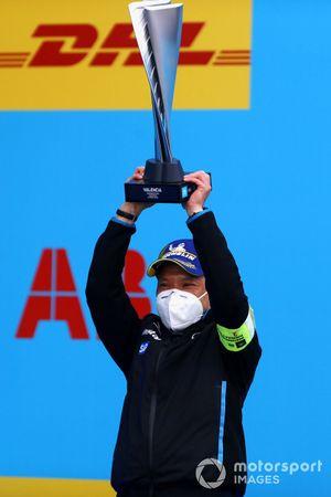 Albert Lau, Race Engineer, Mercedes Benz EQ, ritira il trofeo per la squadra
