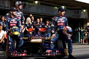 Jaime Alguersuari, Scuderia Toro Rosso avec Jean-Eric Vergne, pilote d'essais de Scuderia Toro Rosso et Sebastien Buemi, Scuderia Toro Rosso, lors d'une photographie d'équipe