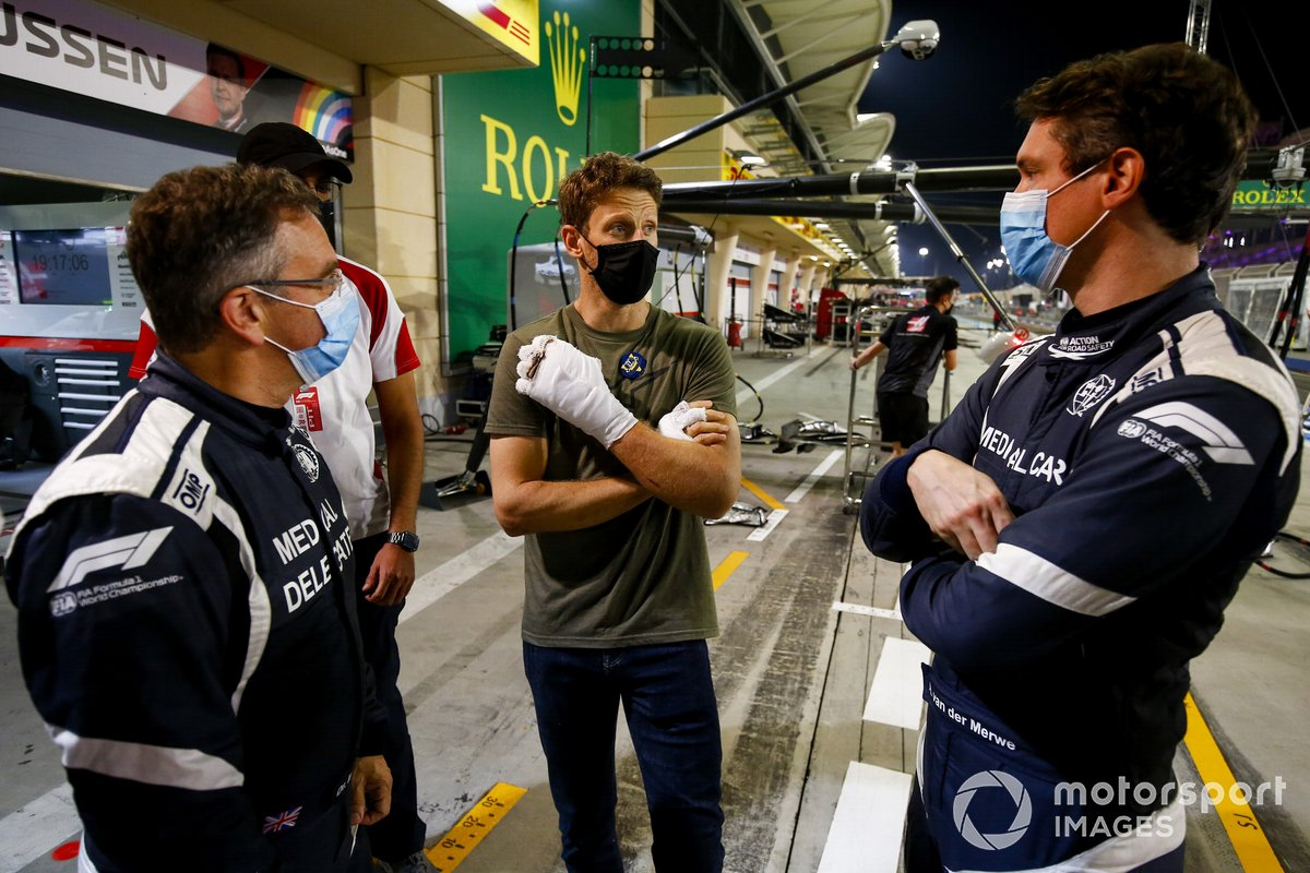 Romain Grosjean, Haas F1 incontra il dottor Ian Robert e il pilota della medical car Alan van der Merwe che lo ha aiutato all'incidente dello scorso GP