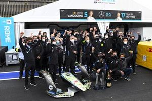 Stoffel Vandoorne, Mercedes-Benz EQ, 1st position, Ian James, Team Prinicpal, Mercedes Benz EQ, Nyck de Vries, Mercedes-Benz EQ, the Mercedes team celebrate victory