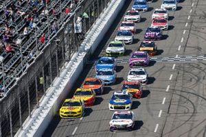 Restart: Denny Hamlin, Joe Gibbs Racing, Toyota Camry FedEx Office, Ryan Blaney, Team Penske, Ford Mustang Menards/Pennzoil