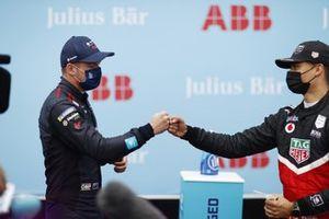 Pascal Wehrlein, Tag Heuer Porsche, si congratula con Nick Cassidy, Envision Virgin Racing, per la pole