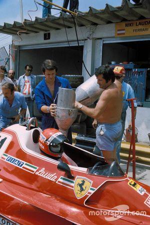 Los mecánicos repostan el monoplaza de Niki Lauda, Ferrari 312B3