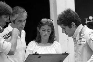 Ken Tyrrell, propietario del equipo Tyrrell con Roger Penske, propietario del equipo Penske; Pam Scheckter y su marido Jody Scheckter, Tyrrell