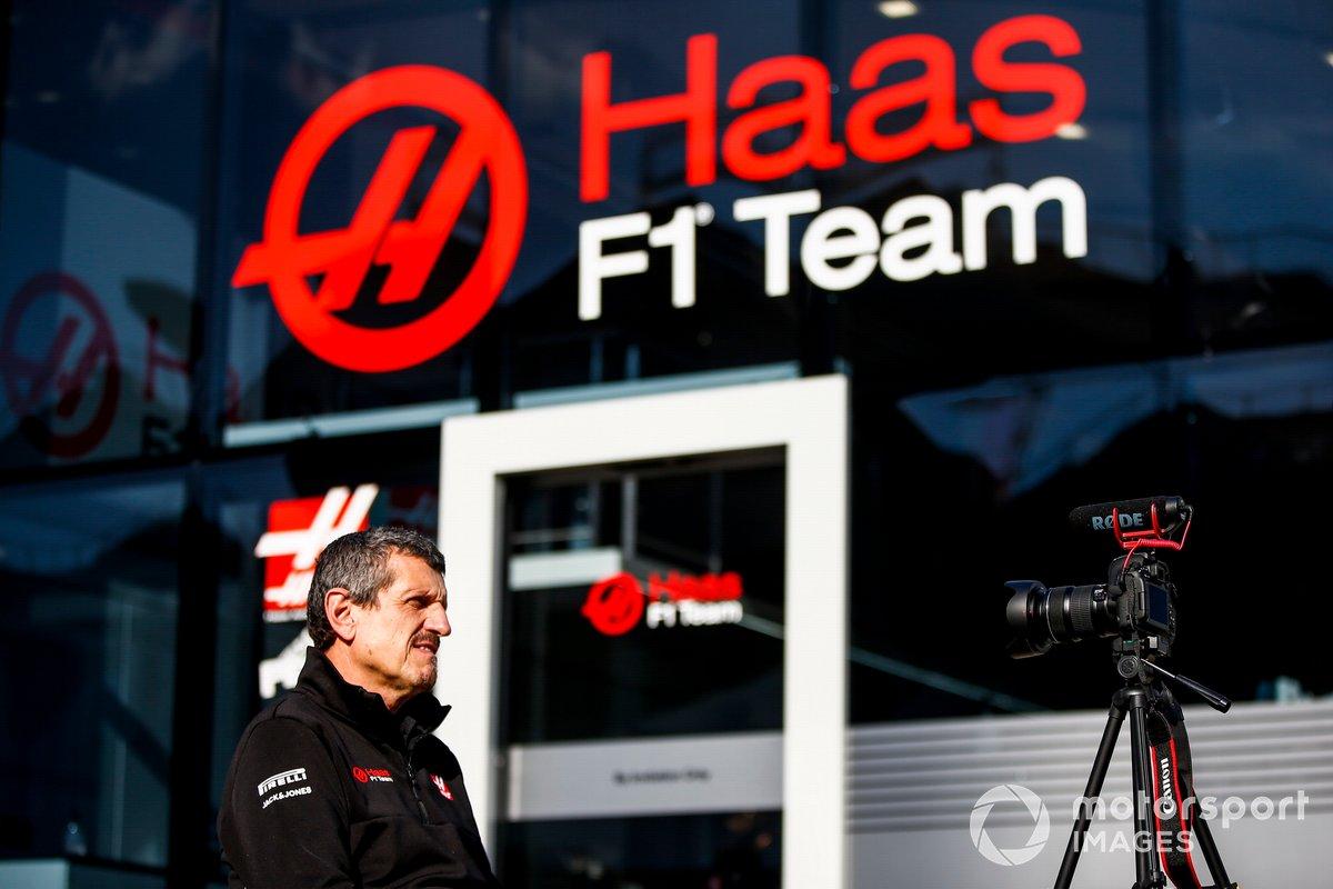 Гюнтер Штайнер, руководитель Haas F1, общается с репортерами без маски