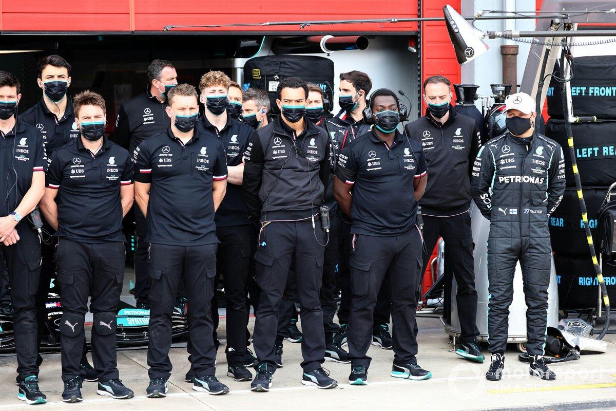 Valtteri Bottas, Mercedes insieme al team Mercedes F1, durante il minuto di silenzio in memoria di Fausto Gresini