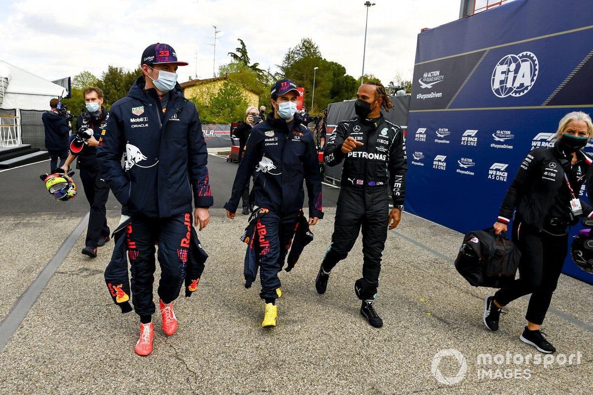 Max Verstappen, Red Bull Racing, Sergio Pérez, Red Bull Racing y Lewis Hamilton, Mercedes piloto de la Pole, caminando hacia la Conferencia de Prensa