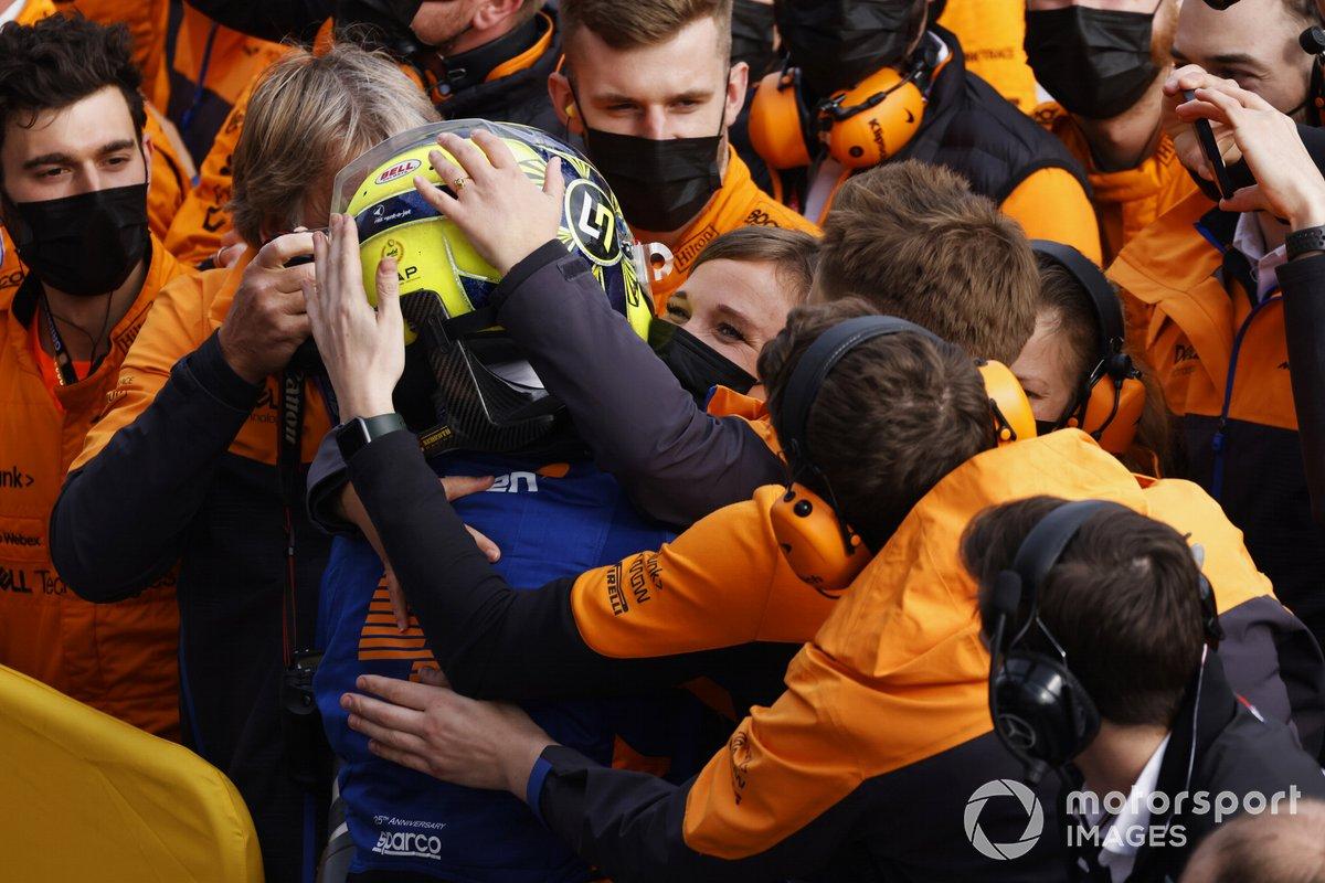 Miembros del equipo McLaren felicitan a Lando Norris, McLaren, 3ª posición, en Parc Ferme