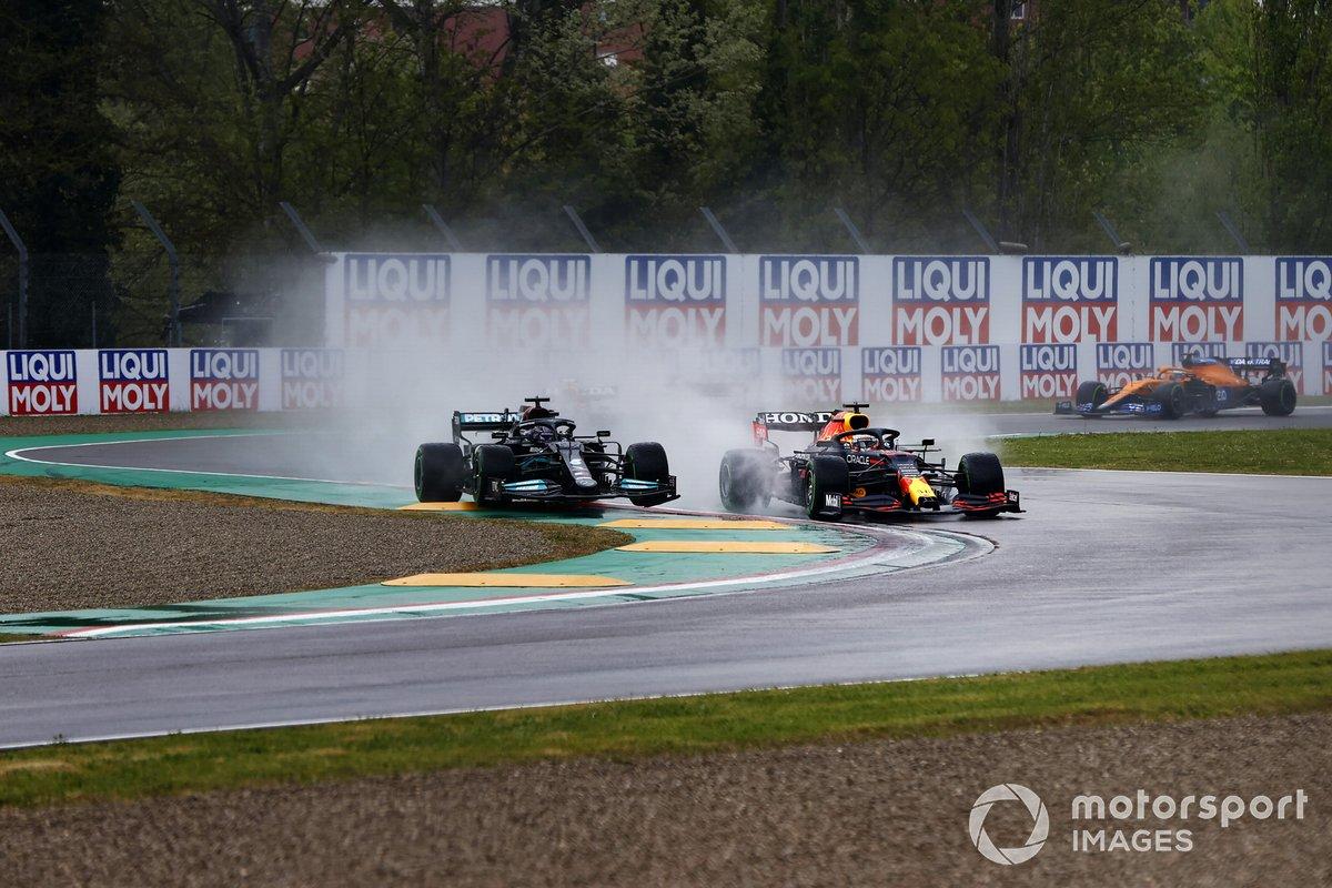 Il contatto alla partenza della gara tra Lewis Hamilton, Mercedes W12, e Max Verstappen, Red Bull Racing RB16B,