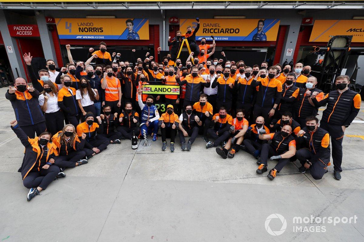 Lando Norris, McLaren, 3ª posición, Daniel Ricciardo, McLaren, Andreas Seidl, director del equipo McLaren, y el equipo McLaren celebran