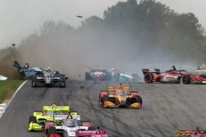Startcrash van Felix Rosenqvist, Arrow McLaren SP Chevrolet, Ryan Hunter-Reay, Andretti Autosport Honda, Rinus VeeKay, Ed Carpenter Racing Chevrolet