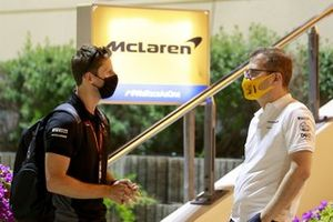 Romain Grosjean, Haas F1 habla con Andreas Seidl, director del equipo, McLaren en el paddock