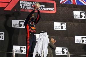 Le vainqueur Max Verstappen, Red Bull Racing, soulève son trophée