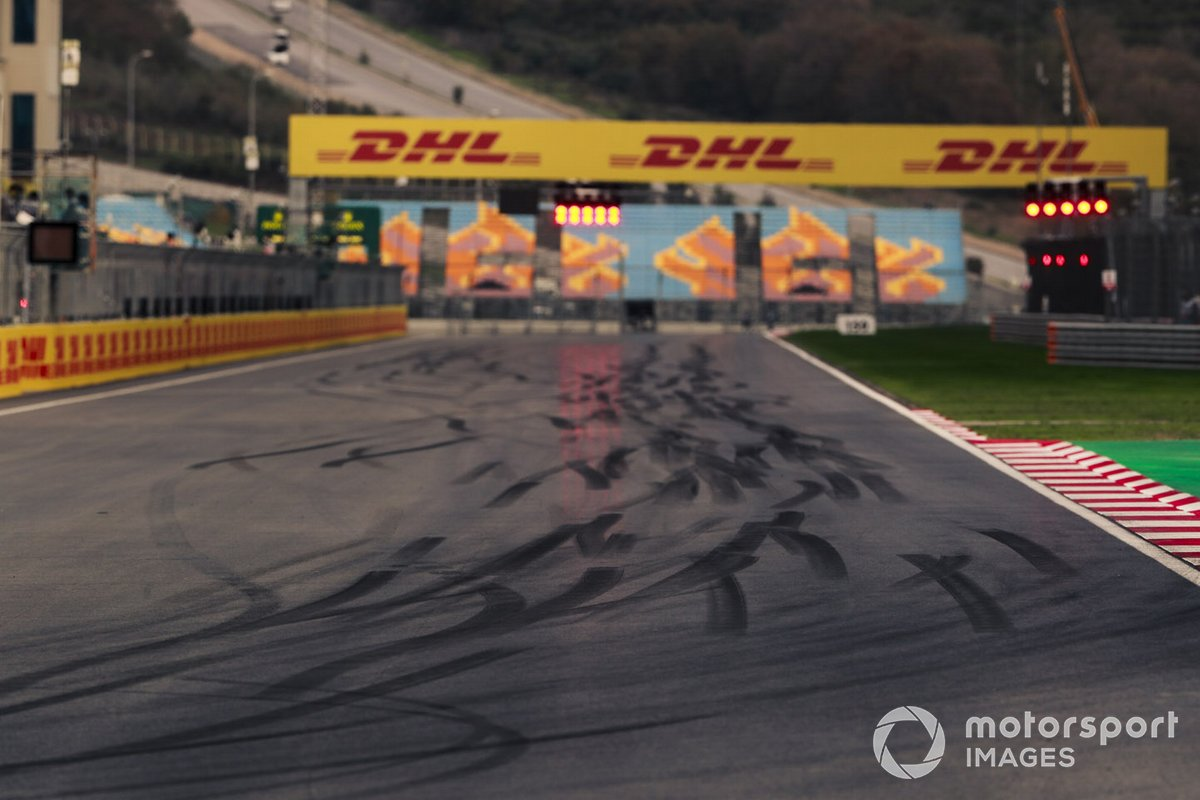 Marcas de neumáticos en pista