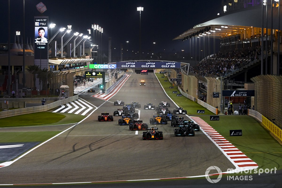 Max Verstappen, Red Bull Racing RB16B Lewis Hamilton, Mercedes W12, Valtteri Bottas, Mercedes W12 e Charles Leclerc, Ferrari SF21 alla partenza della gara