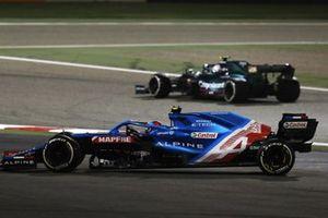 Sebastian Vettel, Aston Martin AMR21, en Esteban Ocon, Alpine A521, raken elkaar