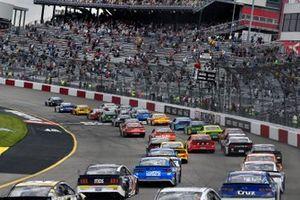 Start zum Tooyta Owners 400 auf dem Richmond Raceway: Martin Truex Jr., Joe Gibbs Racing, Toyota Camry Auto-Owners Insurance, führt