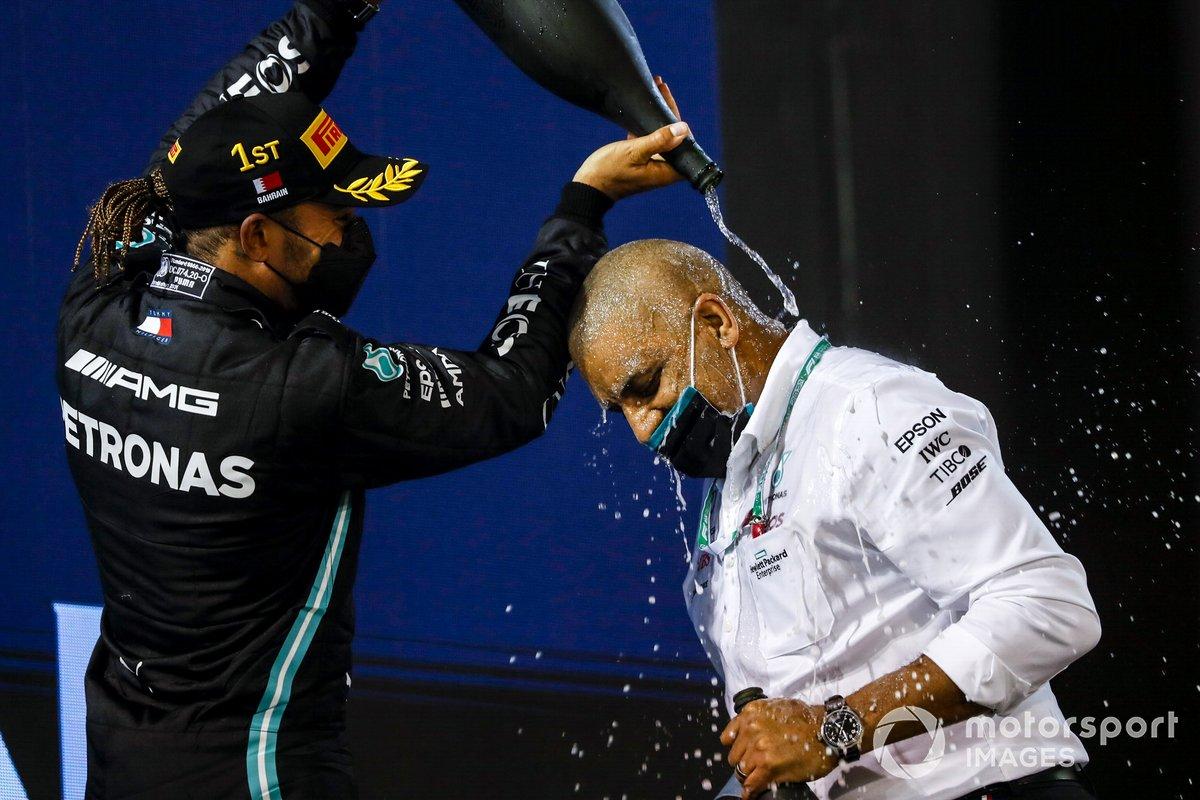 Podio: ganador Lewis Hamilton, Mercedes con un miembro del equipo Mercedes