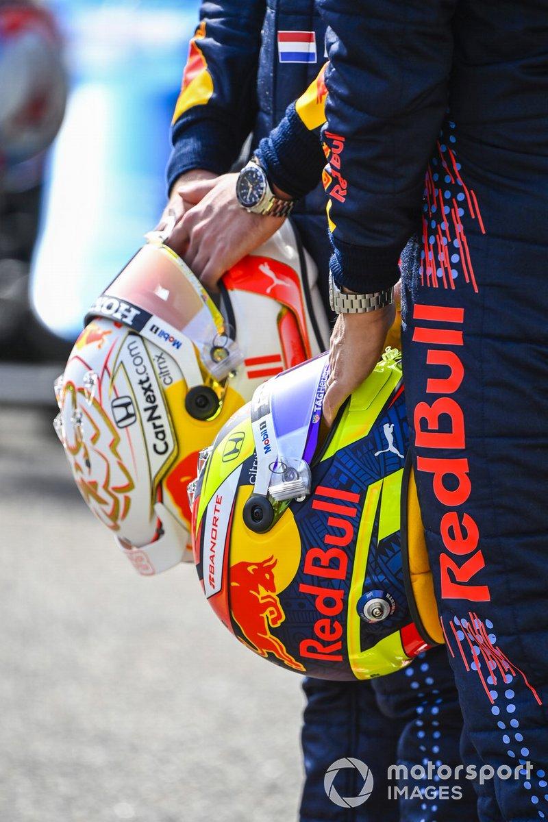 Los cascos de Max Verstappen, Red Bull Racing, y Sergio Pérez, Red Bull Racing