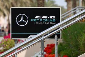 Le logo Mercedes AMG dans le paddock