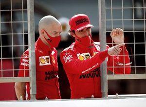 Carlos Sainz Jr., Ferrari SF21 and Ferrari engineer