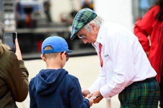 Sir Jackie Stewart, triple Champion du monde, signe des autographes