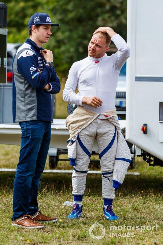 Valtteri Bottas talks with Teemu Suninen